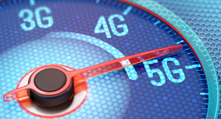 Kuvassa näkyy tyylitelty nopeusmittaristo, jonka asteikot ovat 3G, 4G ja 5G. Nopeusmittarin neula osoittaa kohtaa, joka on lähellä 5G:tä.