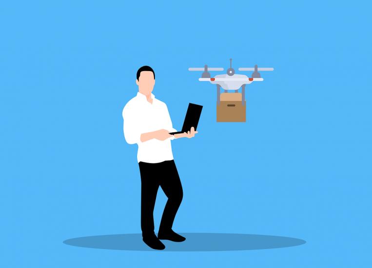 Piirroskuvassa on mies, joka pitelee läppäriä. Sen avulla hän ohjaa hänen vierellään näkyvää dronea, joka kuljettaa pakettia.