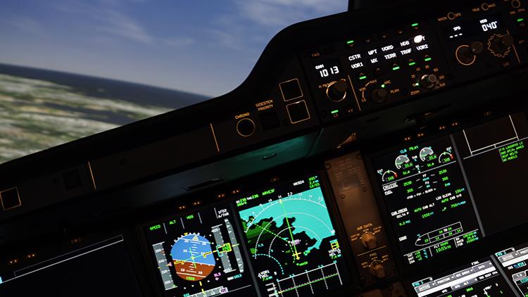 Kuvassa näkymä lentosimulaattorin ohjaamon kojetaulusta. Kuvasta näkyy, että kone on kaartamassa vasemmalle kohti määränpäätä.