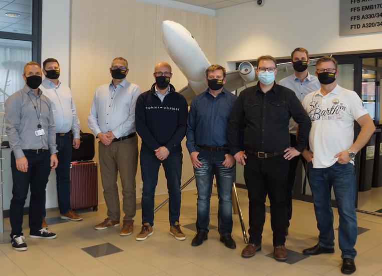 Kuvassa kahdeksan miestä ryhmäkuvassa.