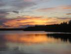 Kuvassa järvimaisema iltaruskon aikaan.
