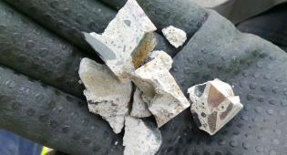 Bio- ja kiertotalouden tutkimuskeskuksessa Biosammossa pienemmiksi kappaleiksi esikäsiteltyä betonia.