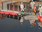 Öljyntorjuntakalustoa öljyntorjunnan tutkimus- ja testausympäristön altaalla.