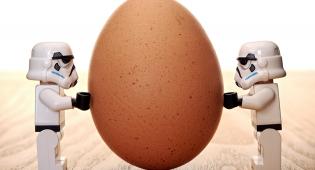 Kuvituskuva: ruskean kananmunan molemmilla puolilla kaksi Startrooper-legoukkoa.