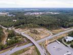 Ilmakuva Hyötyvirta-alueesta: liikenneristeys, huoltoasema, rakennuksia ja metsää.