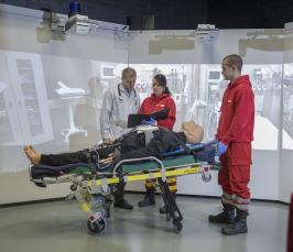 Kuvassa Xamkin ambulanssisimulaattori, jossa opiskelijat harjoittelevat käytännön tilanteita.