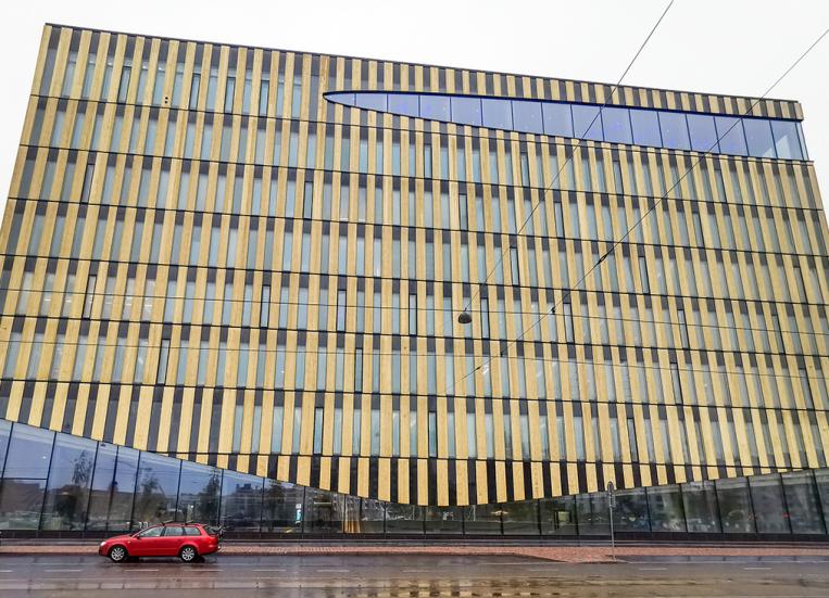 Kuvassa massiivinen, puusta rakennettu suuri rakennus.