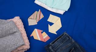 Kuvituskuva: erilaisia kierrätettäviä tekstiilejä..