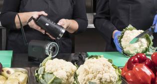 Kuvassa kaksi kokkia työskentelee keittiössä.