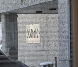 Kuvituskuva: kuvassa Xamkin kampuksen seinä, jossa näkyy Xamkin logo.
