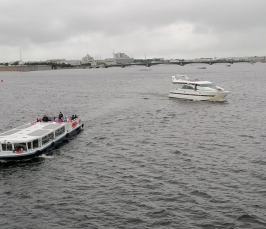 Kuvassa näkymä suurelta järveltä. Kuvassa näkyy kolme eri kokoista alusta.